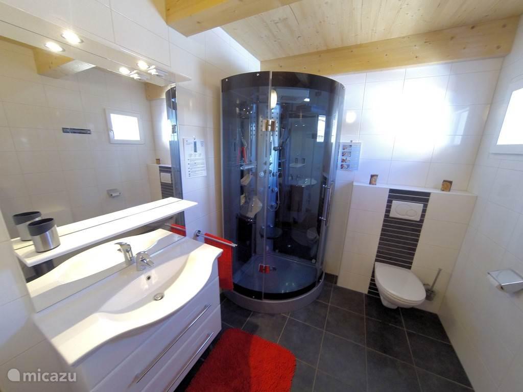 Badkamer met heerlijke stoomdouche op de begane grond.