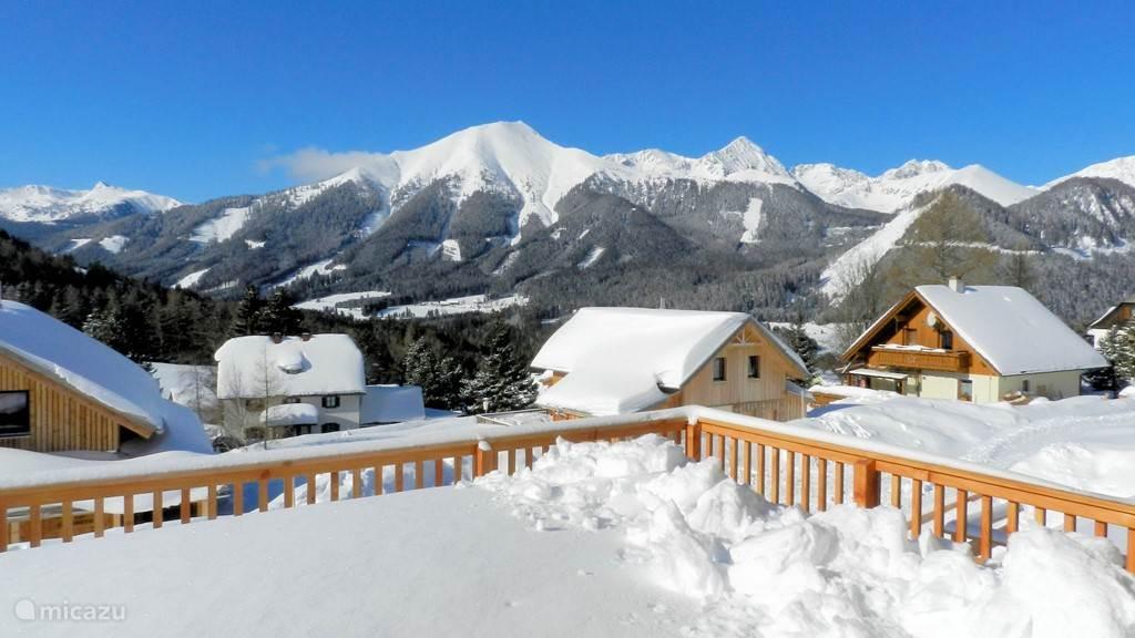 Uitzicht op de bergen vanaf het terras.
