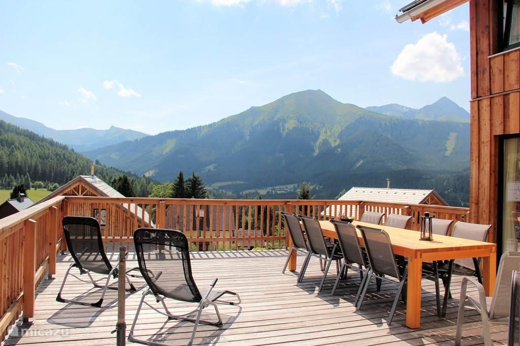 Uitzicht op de bergen vanaf het terras