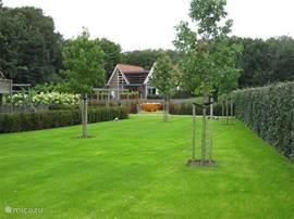 Zeer diepe en privacy volle tuin. In de verte ziet u de oranje (houtgestookte) hottub.