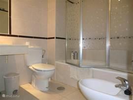 Dit is de badkamer die zit verbonden aan de master bedroom. Deze heeft een ligbad, wc, bidet en...