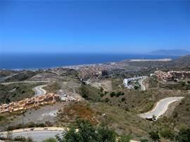 Een fantastisch uitzicht over zee en bergen, gezien vanaf terras.