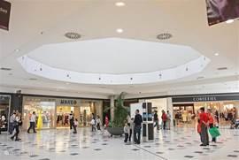 Dichtbij het appartementencomplex, op zo'n 5 min met de auto, is een heel groot overdekt winkelcentrum. Hier vind je pinautomaten, (kleding)winkels (o.a. Zara, Stradivarius, drogisterijen en een hele grote supermarkt. Ook is er een McDonalds en tankstation. Je kunt hier gratis parkeren.