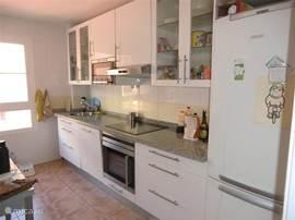 De keuken heeft een koelvriescombi-natie, een magnetron, vaatwasser, afzuigkap en een oven. Verder zit er een uitgebreide inventaris in.