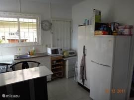 Keuken met eetbar en barstoelen