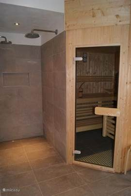 De ruime sauna waar je met een aantal mensen heerlijk kunt ontspannen na een dag in de buitenlucht