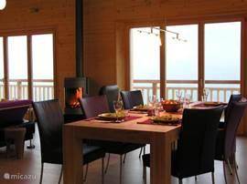 Gezellig tafelen aan de grote (250m) eettafel met comfortabele stoelen.