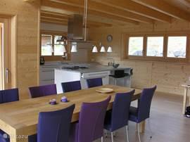 eettafel en keuken in een blik