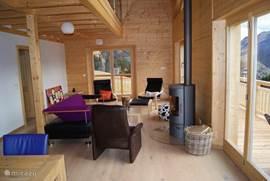 de woonkamer met gezellige houthaard