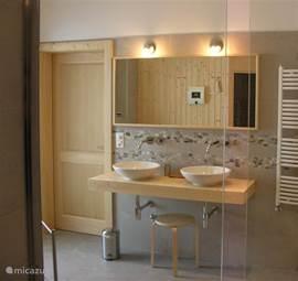 Een van de badkamers beneden met dubbele wastafel en dubbele douche.