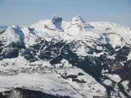 Ligging van het chalet (pijl) gezien vanuit het skigebied Villars-Diableret