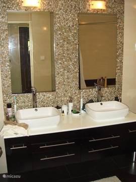 Heerlijke luxe badkamer met ligbad.