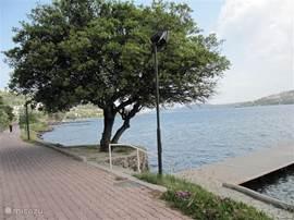 Wandelen langs de prachtige boulevard vanuit het vakantiehuis naar het dorpje Gundogan.
