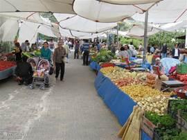 Naar de groente- en fruitmarkt op woensdag in Gundogan.
