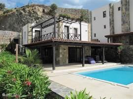 Vooraanzicht van het vrijstaand vakantiehuis met prive zwembad van 4x8 meter.