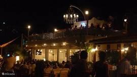 Een van de vele restaurantjes langs de baai.