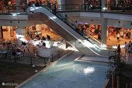 Winkelen in het niuwe overdekte winkelcentrum Midtown in Bodrum