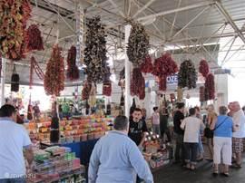 Naar de groente en fruitmarkt in Bodrum.
