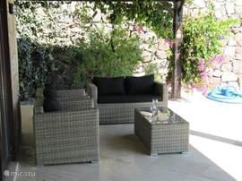 Lekker genieten op de veranda onder het genot van 'n wijntje.
