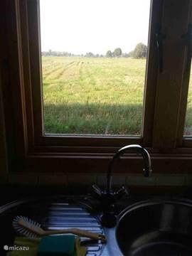 Het prachtige uitzicht vanuit de keuken.
