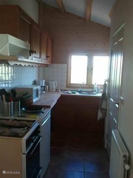 De praktisch ingerichte keuken, van alle gemakken voorzien.