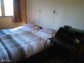 De ruime slaapkamer met lits-jumeaux. Heerlijke 4-seizoenen dekbedden en vloerverwarming maken het tot een echte rustplek.