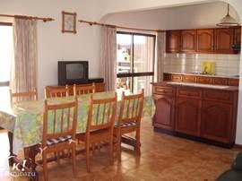 woonplaats 1,de keuken van woonplaats gescheiden met een kasten-bar