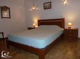 Slaapkamer met een zeer confortabel bed en goede matras voor een uitstekende nachtrust.iedere slaapkamer is voorzien van grote inbouwkasten.