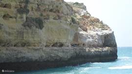 rotsen aan het strandje dicht bij de villa
