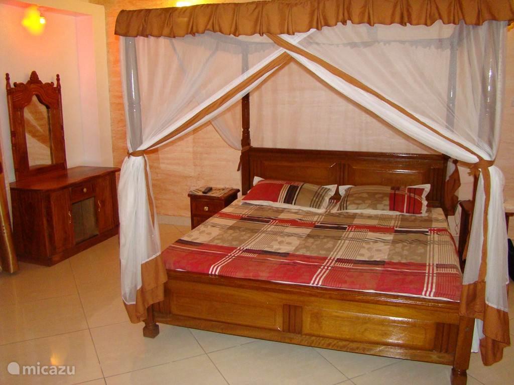 Ruime master bed-room. Klamboe aanwezig op het bed. Verder een mooie flat-screen tv en airo in het kamer. Ook is er een ruime ingebouwde kledingskast aanwezig.
