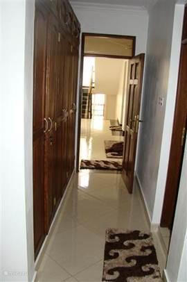 Gang van Master slaapkamer in Villa Nyali met een riante ingebouwde kledingkast.