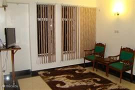 Extra Ruime sfeervolle woonkamer op de 1e verdieping van ville Nylai. Ook hier bevind zich een flat-screen tv.
