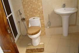 In elk slaapkamer in villa Nyali bevind zich een ruim en warmvolle douche met wc.