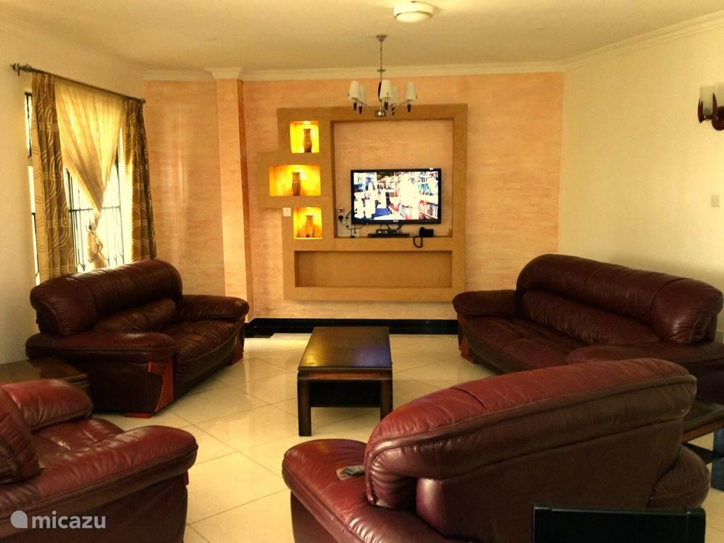 sfeervolle woonkamer villa Nyali. Zeer ruime woonkamer. Groote 42 inch led sony flat-screen met sataliet ontvangst van vele kanalen. Ook is er een dvd speler aanwezig.