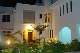 Sfeervolle zijaanzicht van villa Nyali in de avond.