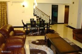 sfeervolle woonkamer villa Nyali. Zeer ruime woonkamer met een groote 6 persoons eettafel: plek genoeg voor iedereen!!