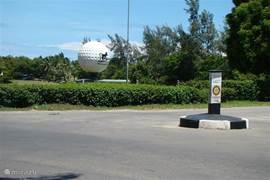 Ook op 10 minuten loopafstand van Villa Nyali tegen over Mambo village bevindt zich een ruime golf baan voor een heerlijke dagje uit.