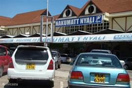 Op 10 minuten rij afstand kom je bij grootste lokale supermarkt van Mobasa: Nakumut. Je kunt hier naast je boodschappen ook medicijnen halen bij de naastgelegen apotheek. Ook kun je er heerlijk een terasje pakken.