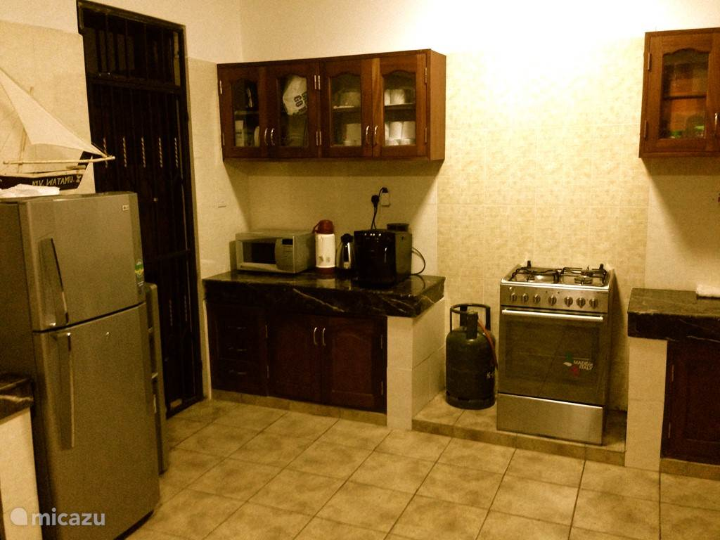 Gezellige ruime open keuken met een fornuis/oven combinatie. Je hebt drie gas pits en een elektrische pit. Daarnaast is er een magnetron, koffiezetapparaat, Koelkast incombinatie met vriezer en alle overige keuken benodigdheden aanwezig.