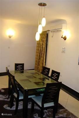 Ruime eettafel in villa Nyali, waar genoeg mensen aan tafel kunnen.