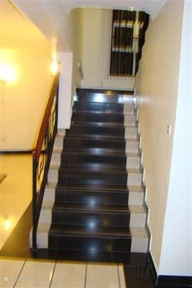 Mooie brede trap die leidt naar de 1e verdieding van villa Nyali.