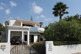 Deze riante villa heeft een prachtige tuin die omheind is, vanaf het terras is er zeezicht.