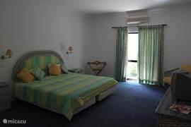 De slaapkamers zijn ruim en voorzien van airconditioning