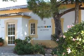Het resort is voorzien van tal van faciliteiten waaronder een binnenzwembad met sauna.