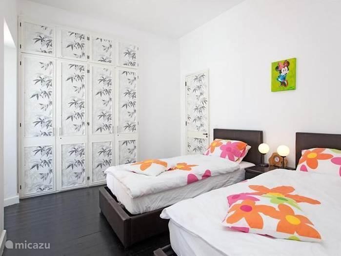 Slaapkamer met 2 x 1 persoonsbed.
