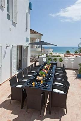Voorterras ook met grandioos uitzicht o.a. op de boulevard, strand en zee.
