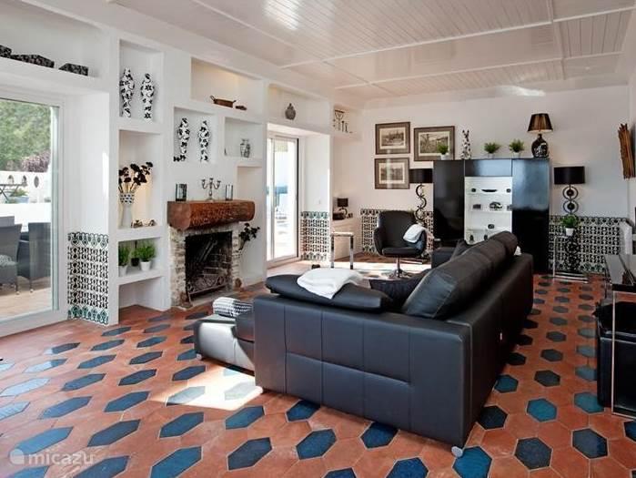 Luxe woonkamer met zitgedeelte en de open haard.