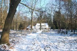 Het huis in de winter, van achter gezien. Ook in Februari schijnt de zon!