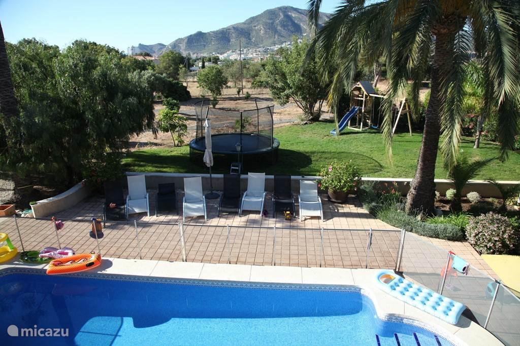 Omheind zwembad, trampoline en klimrek voor de kinderen
