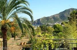 Uitzicht op de baai van Albir en de berg Sierra Helada...
